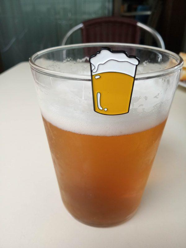 pin de pinta de cerveza rubia y su pariente real